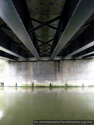 Canal passing under the girders of a bridge